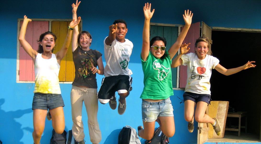 Foto grupal de voluntarios celebrando después de renovar una primaria en Ghana.